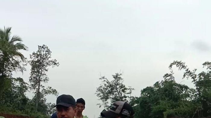 Petugas BPBD Kabupaten Tangerang Tangkap Ular Piton Sepanjang Tiga Meter