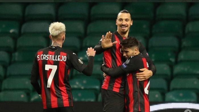 Brahim Diaz merangkul seniornya Zlatan Ibrahimovic usai menjebol gawang Celtic di babak penyisihan Grup Liga Europa. AC Milan menang 3-1 dalam laga tersebut.