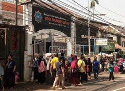 Warga Mampang Prapatan Sabar Menunggu BST meski Panas Terik