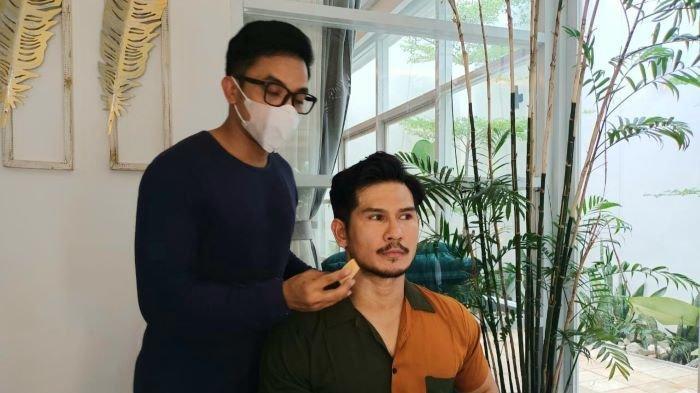 Make Up Artist Bubah Alfian menggaet Hijrah Bara untuk menggalang donasi membantu pendidikan di Indonesia timur, Senin (27/9/2021).Apa yang dilakukannya?