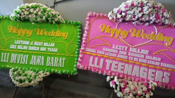 Deretan karangan bunga ucapan selamat atas pernikahan Lesti Kejora dan Rizky Billar terlihat berjejer rapi di Hotel Intercontinental Pondok Indah, Jakarta Selatan, Kamis (19/8/2021) pagi.
