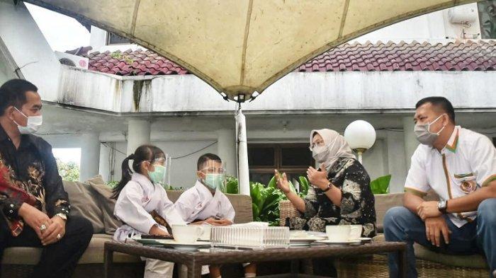 Bupati Bogor Ade Yasin bertemu dua karateka cilik asal Cileungsi di Cibinong