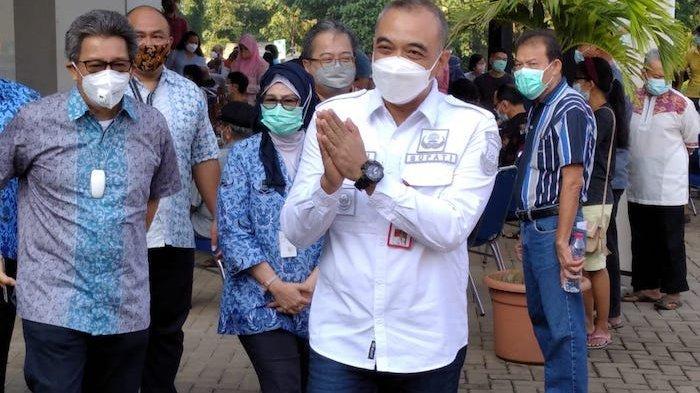 Bupati Tangerang Ahmad Zaki Iskandar datang ke Universitas Atma Jaya Cisauk melihat pelaksanaan vaksinasi Covid19 untuk lansia, Jumat (19/3/2021)