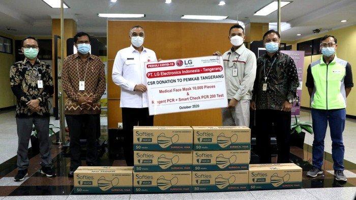Bupati Tangerang Ahmed Zaki Iskandar mewakili Pemerintah Kabupaten Tangerang menerima bantuan masker medis dan Reagent PCR+Smart Check PCR dari PT LG Electronics Indonesia dan PT Hilon Indonesia.