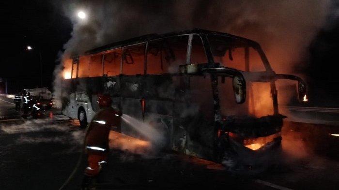 Bus Penumpang Sinar Jaya Hangus Terbakar di Jalan Tol Jagorawi