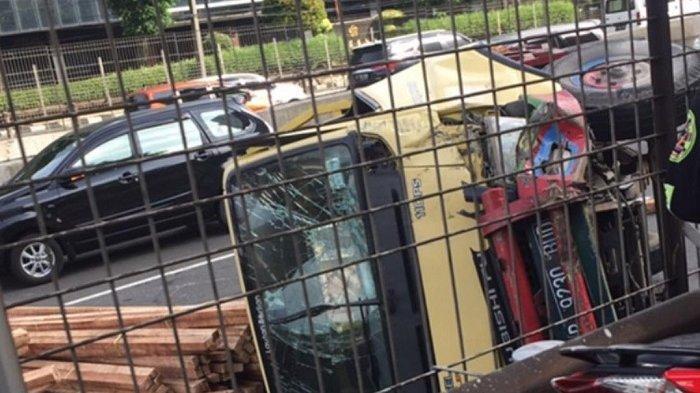 Truk Bermuatan Kayu Terguling di Tol Tomang Jakarta Barat, Arus Lalu Lintas Sempat Tersendat