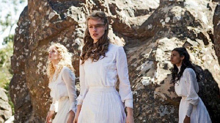 Gaya Busana Musim Panas: Gaun Putih Panjang Era 1900 Kembali Lagi