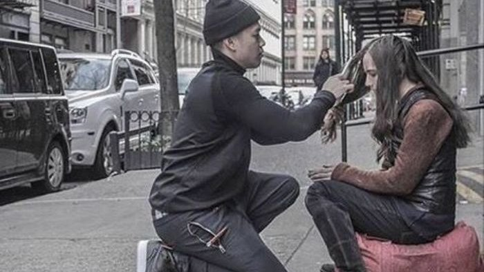 Mengagumkan Lihat Pria Ini Keliling Kota hanya untuk Mencukur Rambut Orang Miskin