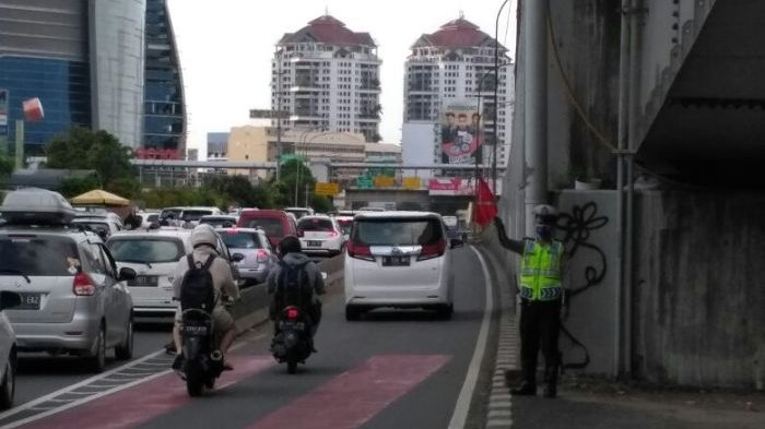 Polisi Berlakukan Sistem Buka Tutup dan Perbolehkan Kendaraan Lewati Busway Urai Kemacetan
