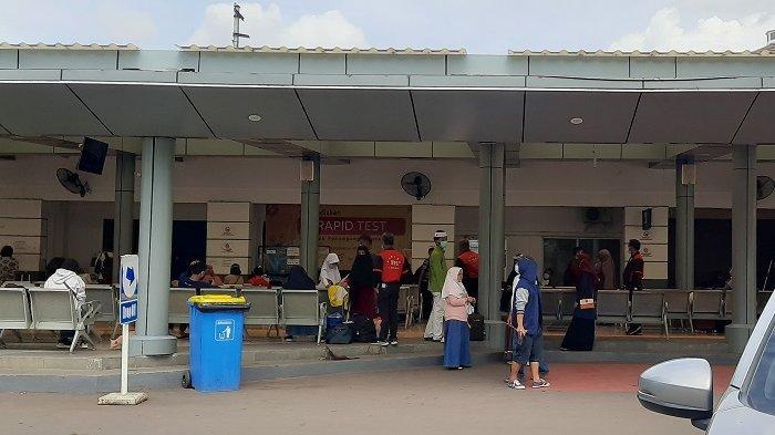 Ada Kebijakan Rapid Test Calon Penumpang Kereta Api, Calo Berkeliaran di Depan Stasiun Senen