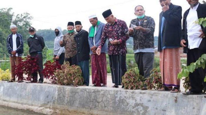 Tingkatkan Perekonomian Warga, Mahyeldi Tunjuk Ratusan Ekor Ikan di Kolam Ikan di Masjid Taqwa
