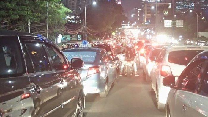 Ramainya Arus Kendaraan Bikin Suasana Seperti Ada di Tengah Pasar Malam
