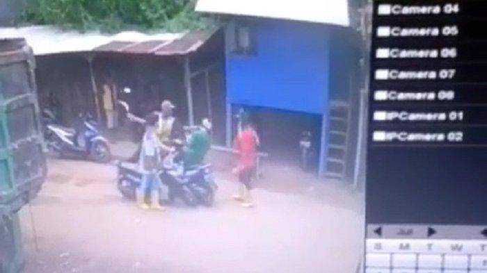 Terekam CCTV Celurit Disabetkan ke Kepala, Saling Ledek Pekerja Pabrik Berujung Perkelahian Maut