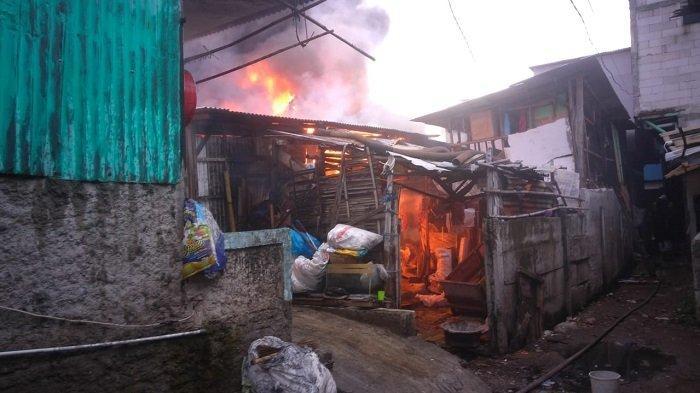 Kebakaran hebat di dekat RSUD Cengkareng, Jakarta Barat, Senin (14/12/2020), mengakibatkan 150 rumah petak terbakar. Kebakaran hanguskan 150 rumah petak di Kapuk dan Cengkareng Timur, Cengkareng, Jakarta Barat, Senin (14/12/2020)