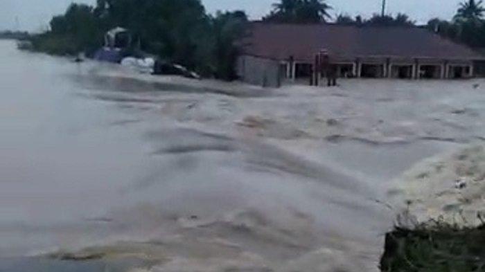 Kapolda Metro dan Pangdam Jaya Evakuasi Korban Banjir Akibat Tanggul Sungai Citarum Bekasi Jebol