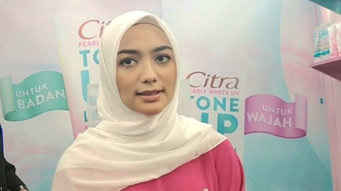 Bintang sinetron Citra Kirana mengumumkan kehamilannya melalui Instagram. Ketika ditemui di kawasan Cilandak, Jakarta Selatan, Sabtu (29/2/2020), perempuan yang akrab disapa Ciki itu membenarkan kabar kehamilan pertamanya.