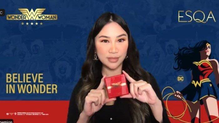 Co-Founder ESQA Cosmetics Kezia Toemion memperlihatkan Wonder Woman Believe in Wonder Makeup Collection, saat peluncurannya secara virtual, Kamis (24/6/2021).