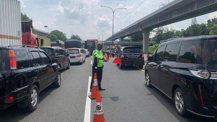 Setelah Tutup Rest Area, Kini Diberlakukan Contraflow Mulai KM 53 hingga KM 47 Tol Japek Arah DKI