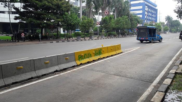 Oknum Pengunjuk Rasa Tinggalkan Coretan Provokatif di Separator Jalan