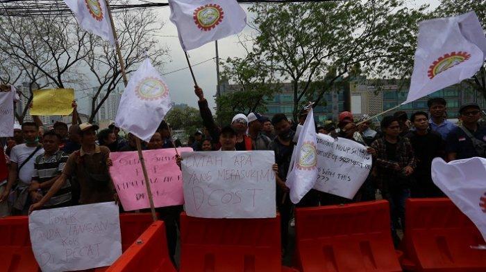 Gelombang Karyawan D Cost Sea Food Melakukan Unjuk Rasa Menolak Kebijakan PHK yang Dilakukan