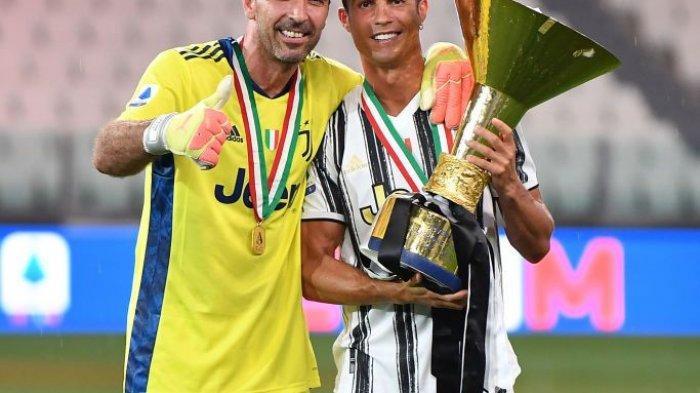 Cristiano Ronaldo (kanan) berpose bersama kiper Juventus, Gian Luigi Buffon (kiri).