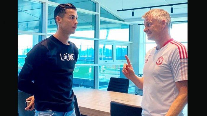 Cristiano Ronaldo hadir di tempat latihan klub Manchester United di Carrington dan bertemu dengan mantan rekannya yang sekarang menjadi pelatih, Ole Gunnar Solskjaer
