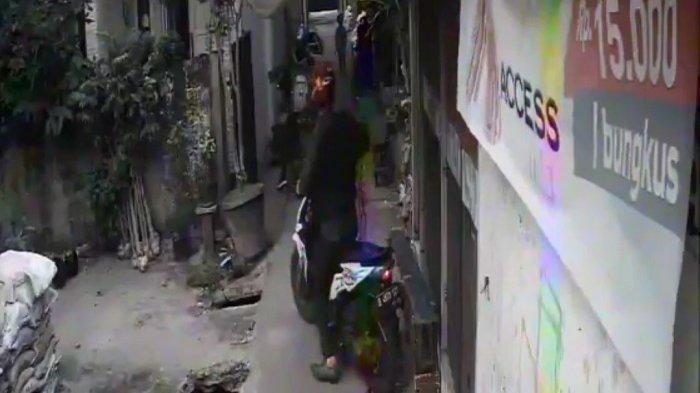 Aksi Curanmor di Kebon Jeruk Terekam CCTV, Curi Motor di Tengah Keramaian
