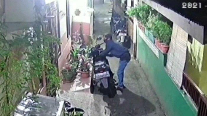 Hanya Satu Menit Maling Gasak Motor Honda Beat yang Terparkir Depan Rumah, Aksinya Terekam CCTV