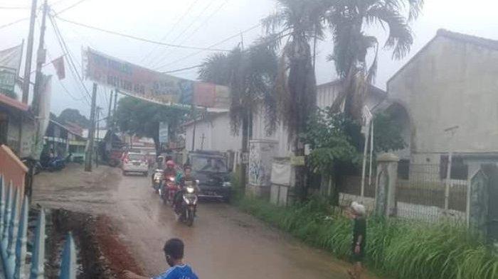 Jalan Raya Curug di Bojongsari Depok Jadi Licin Akibat Tanah Galian Proyek Drainase
