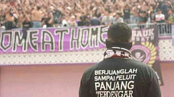 Curva Sud, suporter Ultras Persita Tangerang mendukung pelatih Persita Tangerang Widodo Cahyono Putro