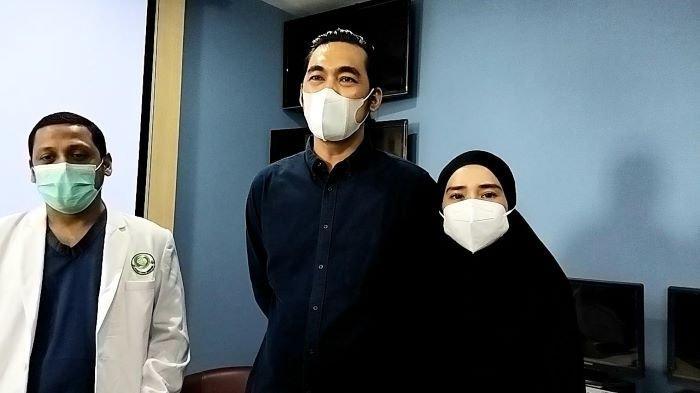 Pemain film Dallas Pratama ditemani Kaditha Ayu, istrinya, di RS Pusat Otak Nasional, Cawang, Jakarta Timur, Jumat (17/9/2021). Dallas Pratama vakum dari industri film setelah mengalami pecah pembuluh darah hingga stroke.
