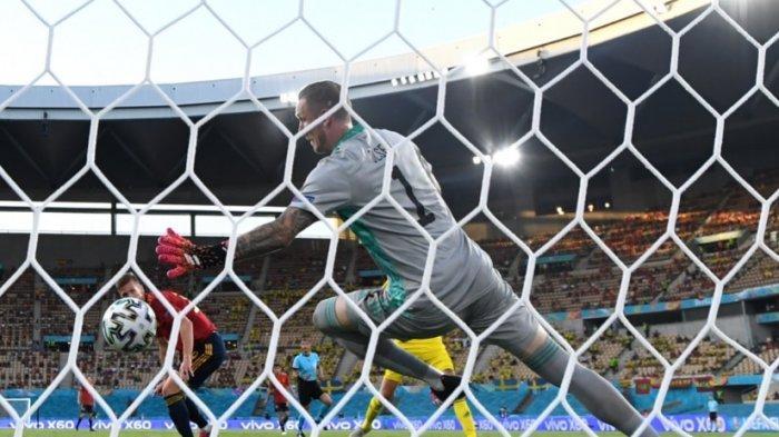 Striker timnas Spanyol Dani Olmo melakukan sundulan kepala namun berhasil ditepis kiper Swedia. Timnas Matador menguasai bola hingga 80 persen namun kesulitan cetak gol
