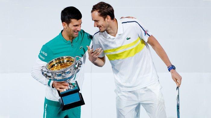 Daniil Medvedev bersama juara Australia Open 2021 Novak Djokovic usai pemberian trofi