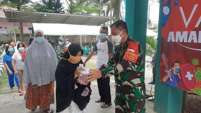 Sambil Bagikan Daging Kurban, TNI Ajak Warga Tangsel Ikut Jalani Program Vaksinasi Covid-19