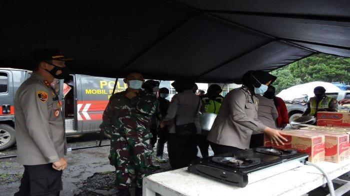 Polres Bogor Terjunkan Polwan dan Satu Regu Taktis untuk Bangun Dapur Umum di Lokasi Pengungsian