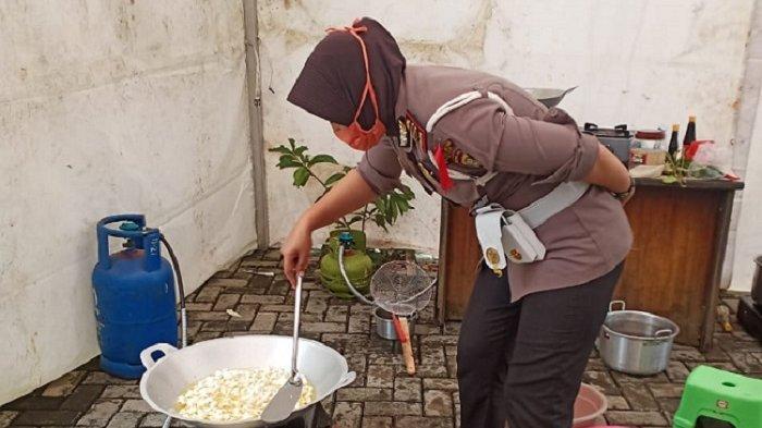 Polres Metro Bekasi Bangun Dapur Umum, Tiap Hari Ratusan Nasi Kotak Dibagikan kepada Warga