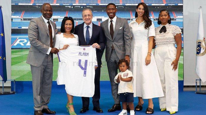 David Alaba didampingi keluarganya saat menandatangani kontrak sekaligus perkenalan dengan Presiden klub Real Madrid Florentino Perez