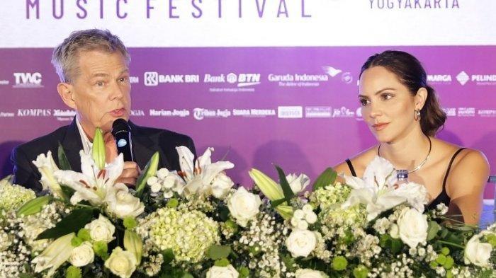 Baru Sekali Datang ke Indonesia, Katharine McPhee Bernyanyi Didepan Candi Prambanan Mengenakan Batik