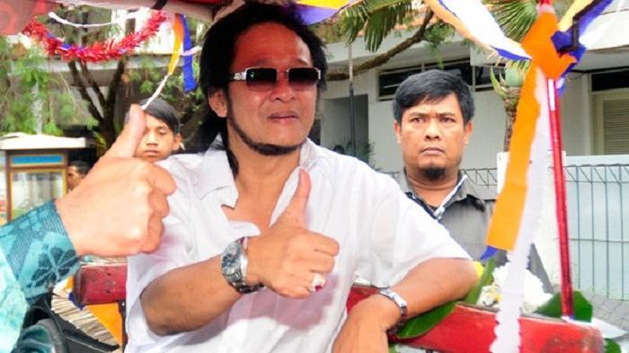 Almarhum Deddy Dores ketika mendaftar ke KPU Jawa Barat pada foto 5 Oktober 2012.
