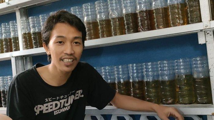 Dedi Iskandar seorang peternak ikan cupang hias di kawasan Ciputat, Kota Tangsel.