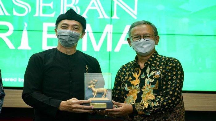 Wakil Wali Kota Bogor, Dedie A Rachim, memberikan penghargaan pimpinan BNN Kota Bogor atas kontribusinya dalam penanganan Covid-19.