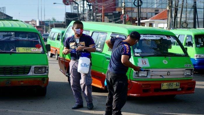 Wakil Wali Kota Bogor, Dedie A Rachim dan Organda Kota Bogor melakukan penyemprotan disinfektan kepada sejumlah angkot.