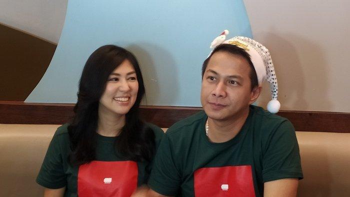 Delon Thamrin dan Aida Noplie Chandra di Mall Artha Gading, Jakarta Utara, (17/12/2019).