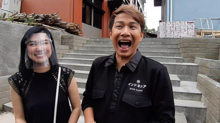 Pasangan selebritas Delon Thamrin dan Aida Chandra di TransTV, Mampang Prapatan, Jakarta Selatan, Selasa (22/12/2020).