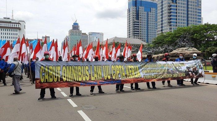 Bergerak ke Gedung Mahkamah Konstitusi, Massa Buruh Masih Terhalang Pagar Kawat Berduri