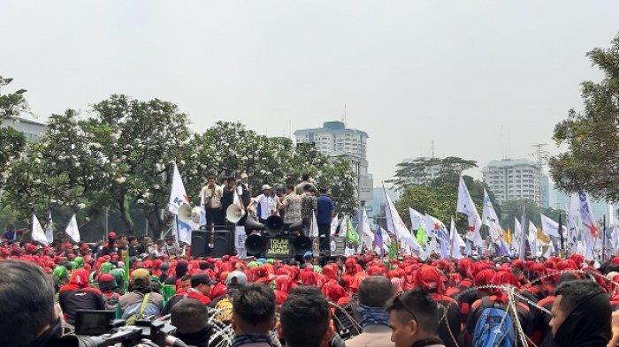 Ribuan buruh berkumpul di depan gedung DPR/MPR RI, Senayan, Jakarta Pusat, Rabu (2/10/2019).