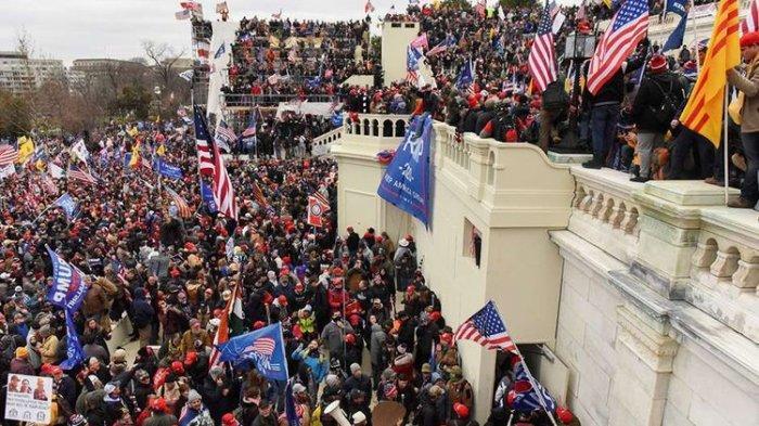 Pendukung Donald Trump merangsek ke Capitol Hill.