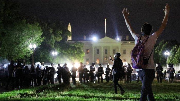 Ketika Donald Trump Sembunyi di Bunker, Selamatkan Diri dari Demonstran yang Semakin Memanas