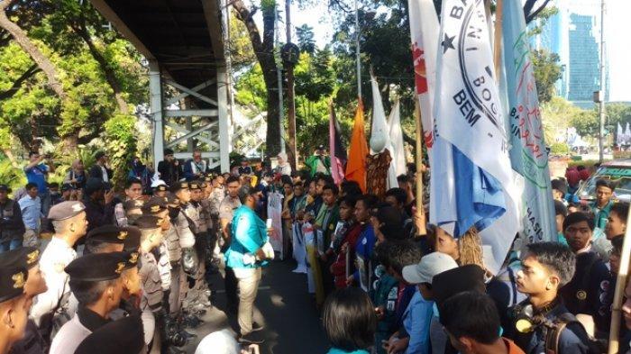 Sejumlah mahasiwa berusaha bergerak maju ke depan Istana negara, namun dihalangi oleh para petugas kepolisian. Mereka demo didi depan Patung Kuda Monas, Gambir, Jakarta Pusat, Senin (21/10/2019)
