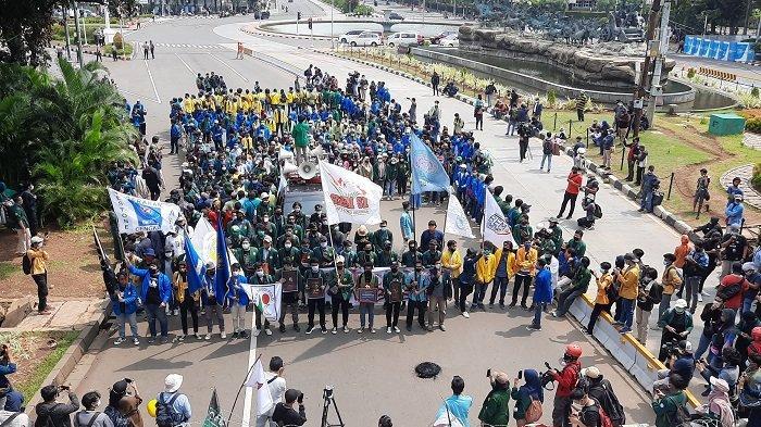Mahasiswa unjuk rasa di Patung Kuda Arjuna Wiwaha, Gambir, Jakarta Pusat, Selasa (20/10/2020)